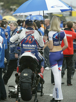 Kenny Roberts on the starting grid