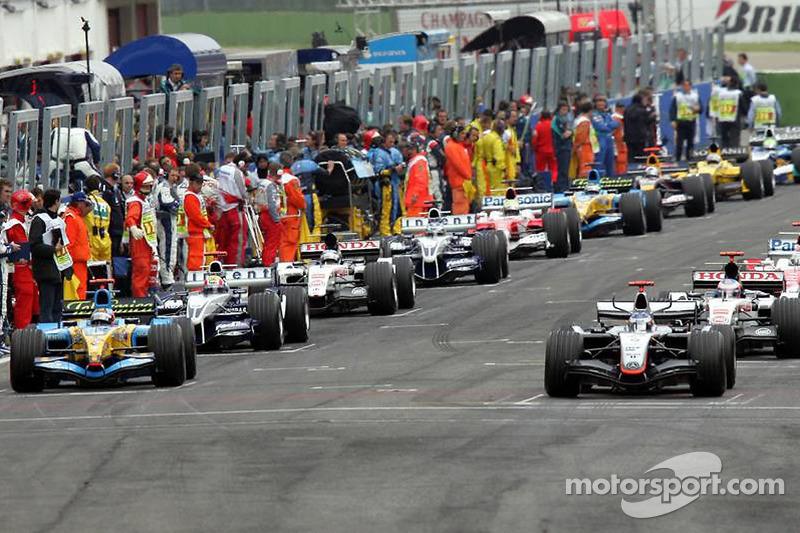 Einführungsrunde: Kimi Räikkönen, McLaren MP4-20; Fernando Alonso, Renault R25