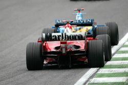 Fernando Alonso, Renault R25; Michael Schumacher, Ferrari F2005