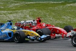 Giancarlo Fisichella, Renault R25; Michael Schumacher, Ferrari F2005
