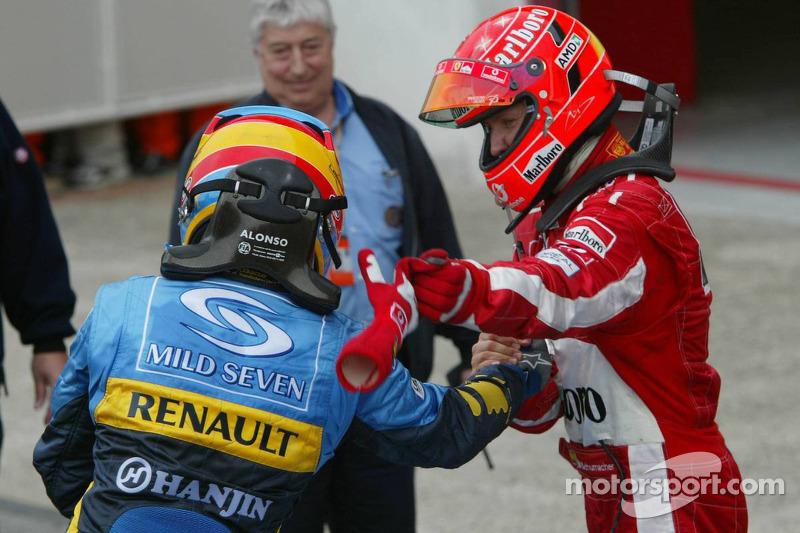 Fernando Alonso ve Michael Schumacher congratulate each other
