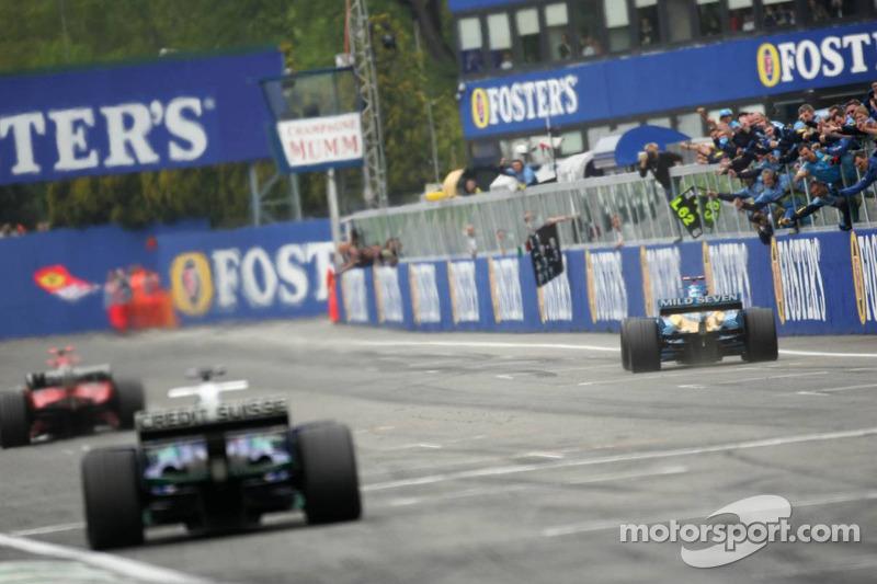 Fernando Alonso recebe bandeirada
