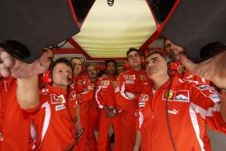 Des membres de Ferrari regardent les qualifications