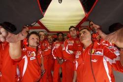 Des membres de Ferrari regardent les qualifications