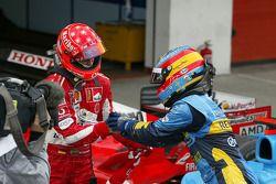 Fernando Alonso e Michael Schumacher si congratulano l'uno con l'altro