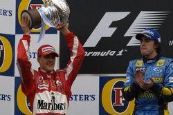 Podium : le vainqueur Fernando Alonso et Michael Schumacher
