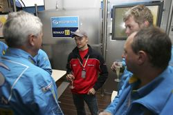 Heikki Kovalainen dans le garage Renault