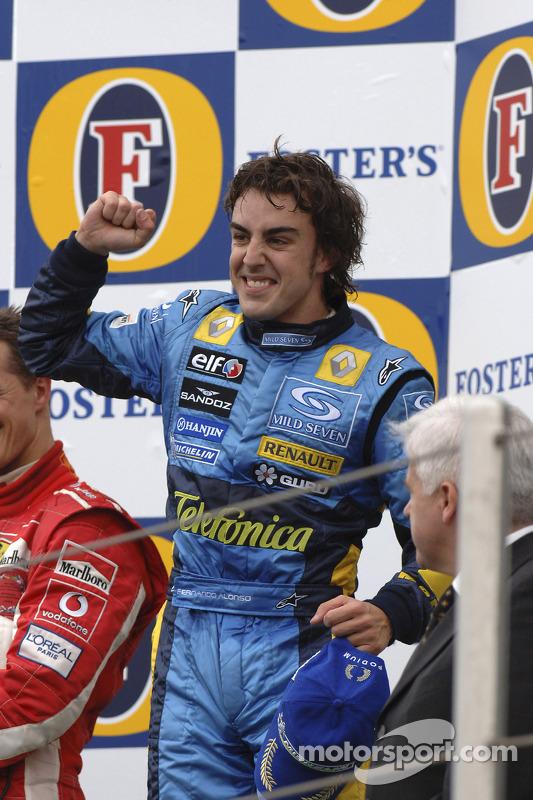 Podio: el ganador del GP de San Marino, Fernando Alonso, lo celebra