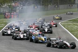 Départ : Kimi Raikkonen mène devant Fernando Alonso