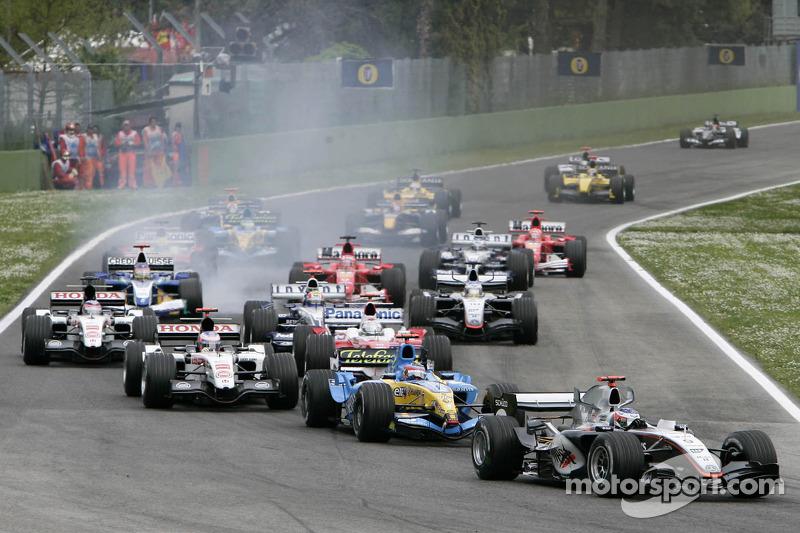 Salida: Kimi Raikkonen por delante de Fernando Alonso y el resto