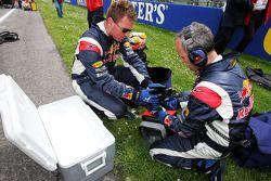 Des membres de Red Bull Racing au travail