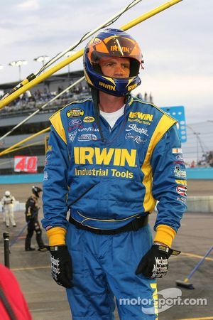 Un membre de l'équipe Roush Racing