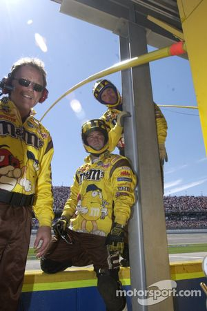 M&M crew members wait for next pitstop