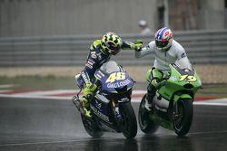 Ganador de la carrera Valentino Rossi celebra con Oliver Jacque