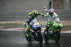 Valentino Rossi fête sa victoire avec Oliver Jacque