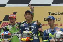 Podium : le vainqueur Valentino Rossi, le deuxième Oliver Jacque, le troisième Marco Melandri