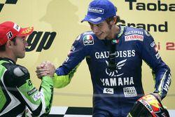 Podium : le vainqueur Valentino Rossi avec Oliver Jacque