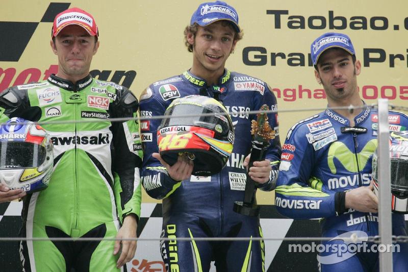 Podio: ganador de la carrera Valentino Rossi con Oliver Jacque y Marco Melandri