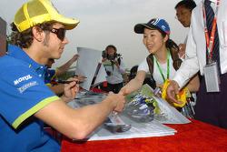Valentino Rossi firma autógrafos