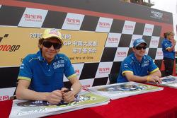 Valentino Rossi y Colin Edwards Valentino Rossi firma autógrafos