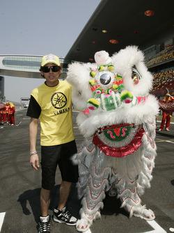 Valentino Rossi y un dragón chino