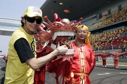 Valentino Rossi disfruta de un desfile chino