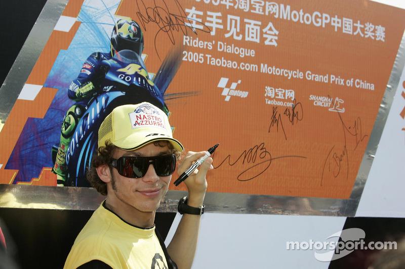 Valentino Rossi firma su nombre