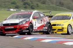 #2 VX Racing Vauxhall Astra Sports Hatch, Yvan Muller pressurised by Jason Platos #11 SEAT Toledo Cupra