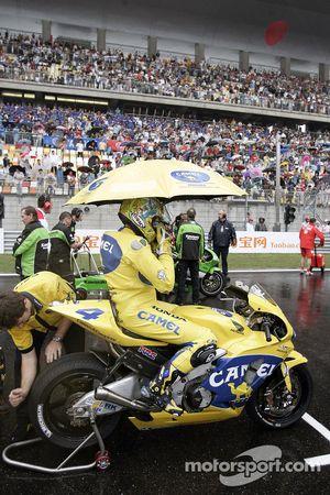 Alex Barros on the starting grid