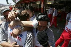 Los miembros del equipo Toyota celebra la provisional pole position de Jarno Trulli