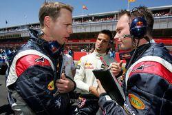 Vitantonio Liuzzi ve Red Bull Racing takım elemanları gridde