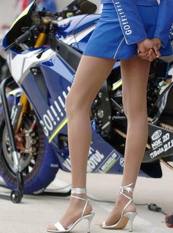 Moto de Valentino Rossi con una chica de paraguas