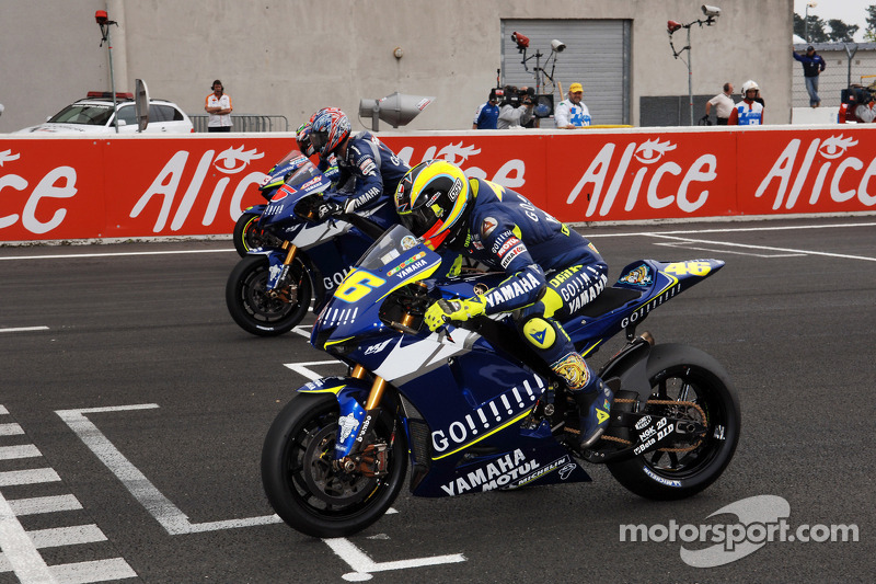 Arrancada: Valentino Rossi y Colin Edwards