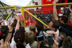 Michael Schumacher firma autógrafos