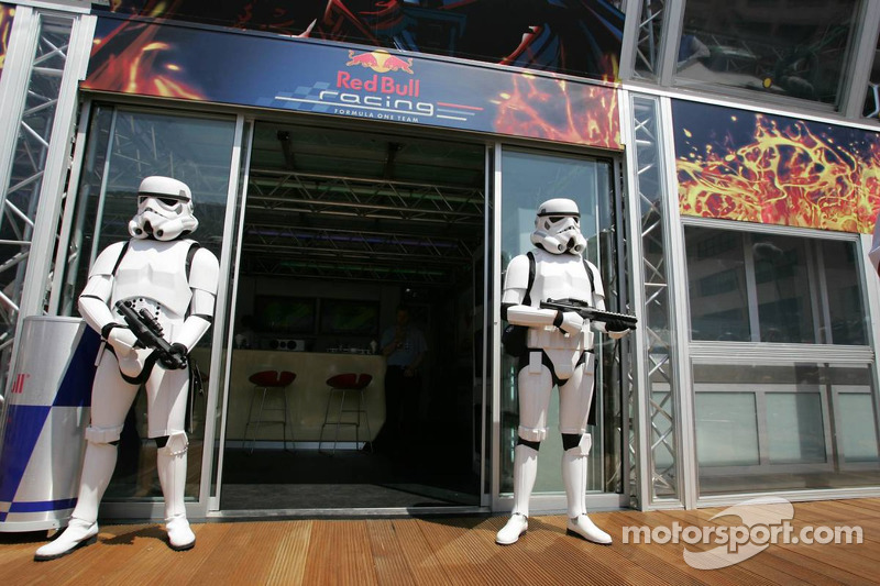 (F1) Stormtroopers no motorhome da Red Bull