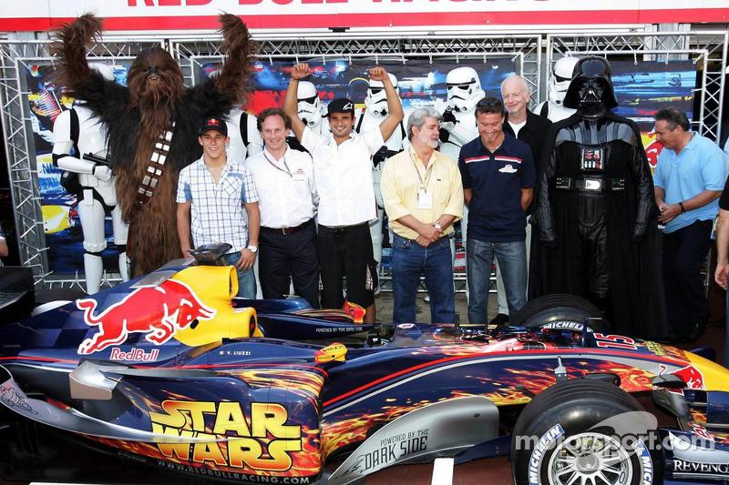 (F1) Christian Klien, Vitantonio Liuzzi y David Coulthard con George Lucas, Chewbacca y Darth Vader