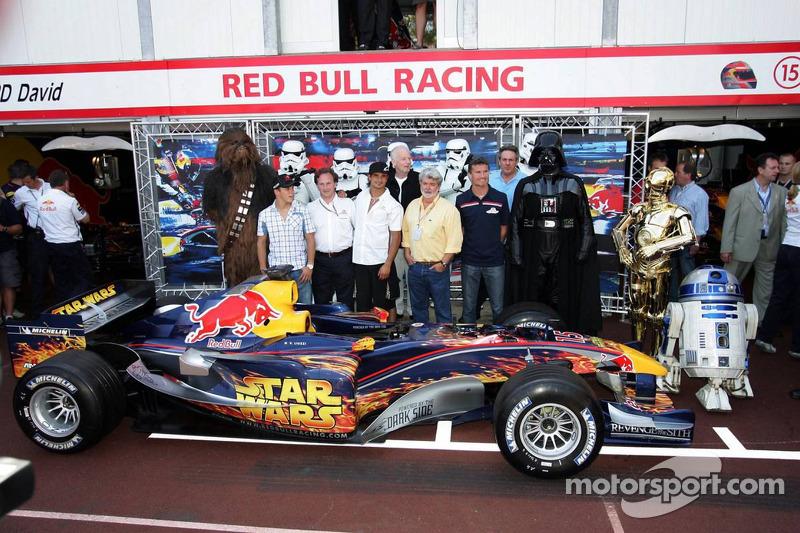 Christian Klien, Vitantonio Liuzzi y David Coulthard con George Lucas y Darth Vader