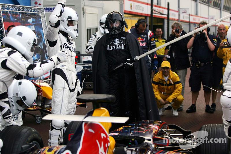 Practican una para en pits de Red Bull Racing