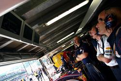 Miembros del equipo Red Bull Racing ven la clasificación