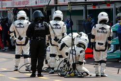 Red Bull Racing crewleden klaar voor een pitstop