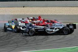 Départ : Kimi Raikkonen mène, Mark Webber et Juan Pablo Montoya s'accrochent