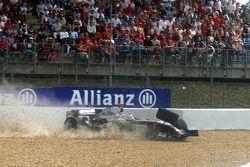 Kimi Raikkonen choca en la última vuelta