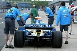 Renault F1 takım elemanları prepare for testi
