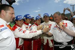 Los ganadores Sébastien Loeb y Daniel Elena con Carlos Sainz, Marc Marti y Guy Fréquelin