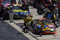 Pitstop for Elliott Sadler and Greg Biffle