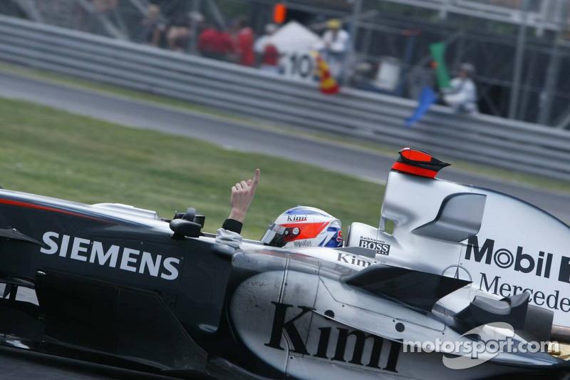 Yarış galibi Kimi Raikkonen kutlama yapıyor