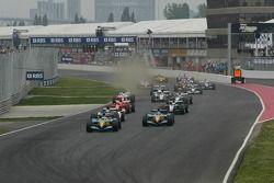 Arrancada Giancarlo Fisichella y Fernando Alonso toman la delantera