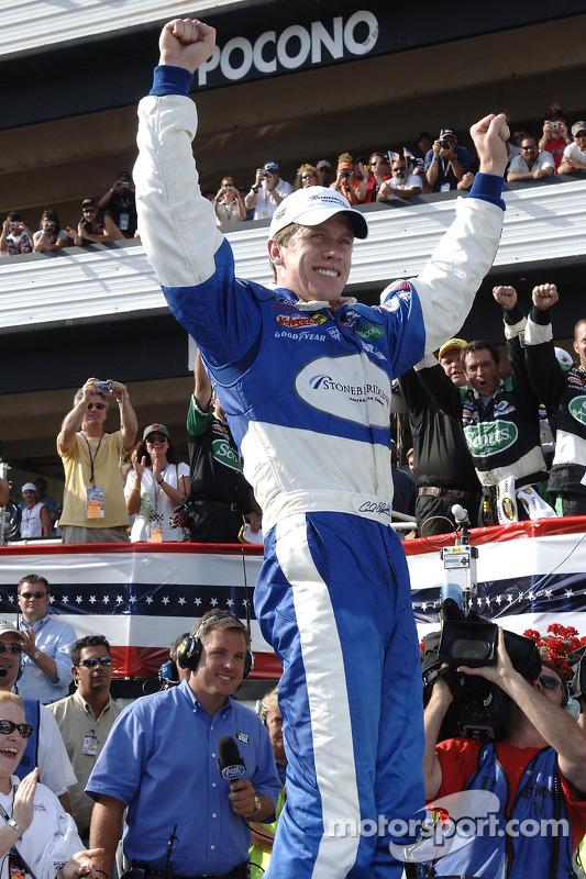 Victory lane : le vainqueur Carl Edwards fête sa victoire