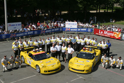 #63 Corvette Racing Corvette C6-R: Ron Fellows, Johnny O'Connell, Max Papis, #64 Corvette Racing Corvette C6-R: Olivier Gavin, Oliver Beretta, Jan Magnussen and team members