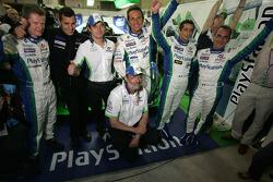 Emmanuel Collard, Erik Comas ve Jean-Christophe Boullion; Sébastien Loeb, Eric Hélary, Soheil Ayari ve Henri Pescarolo ile pole pozisyonunu kutluyor